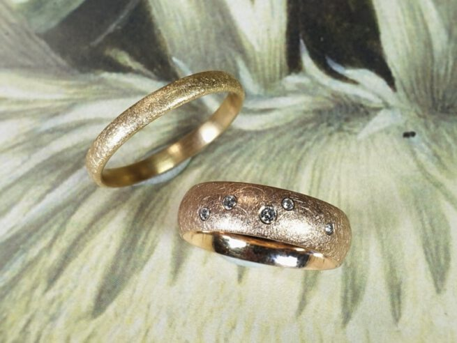 Trouwringen 'Eenvoud'. Roodgouden ring met 5 diamanten speels verdeeld. Roségouden ring. Wedding rings 'Simplicity'. Rose gold ring with 5 diamonds. Rosé gold ring. Oogst Amsterdam. goldsmith. Wedding bands