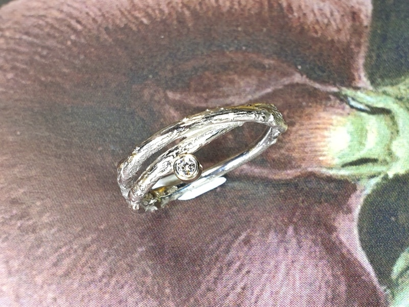 Witgouden ring 'Boomgaard' overkruist takje met 0,05 crt diamant. White gold 'Orchard' ring twig with 0,05 ct diamond. Oogst Amsterdam
