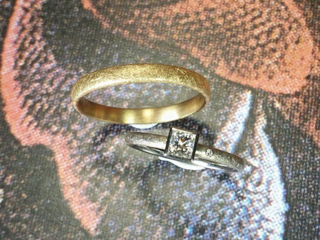 Trouwringen 'Eenvoud'. Witgouden ring met princess cut diamant en roségouden ring. Wedding rings 'Simplicity'. White gold ring with princess cut diamond. Rosé gold ring. Oogst goudsmid Amsterdam.