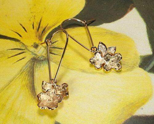 Roodgouden oorsieraden 'In bloei' aan lange haak. Rose gold earrings 'In Bloom' on a long hook. Oogst Amsterdam.