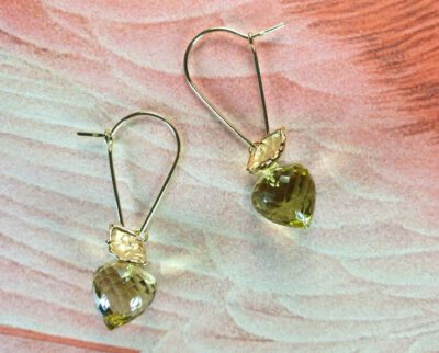 Geelgouden oorsieraden 'Boomgaard' met lemon quartz aan lange haak. Yellow gold earrings 'Orchard' with lemon quartz on a long hook. Oogst Amsterdam.