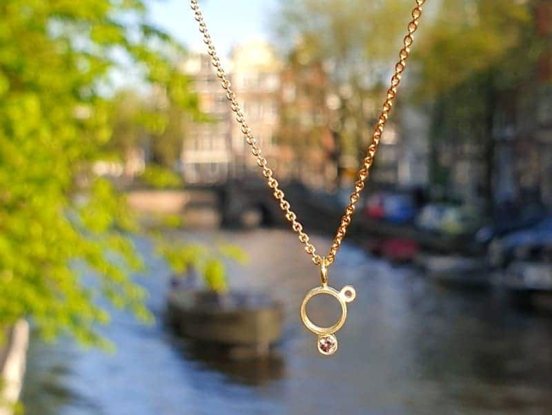 Geelgouden hanger Lichtpuntje roze spinel. Yellow gold pendant with a pink spinel. Oogst goudsmid Amsterdam