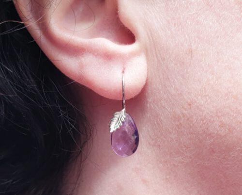 Witgouden blaadjes oorbellen met druppelvormige amethist. Whtie golden leaf earrings with dropshape amethyst. Uit het Oogst atelier Amsterdam.
