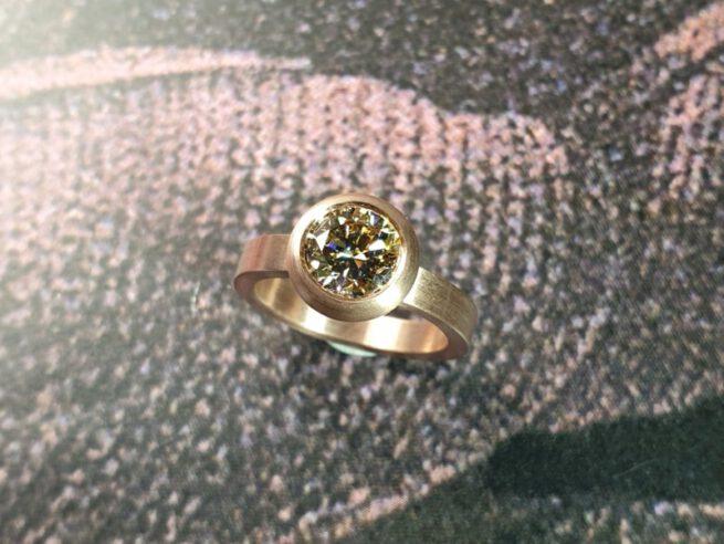 Ring 'Boleet'. Roodgouden ring met 1,5 ct diamant natural light amber in een boleet zetting. Verlovingsring. Ring 'Boletus'. Rose golden ring with 1,5 ct diamond natural light Amber. Engagement ring. Oogst Amsterdam.