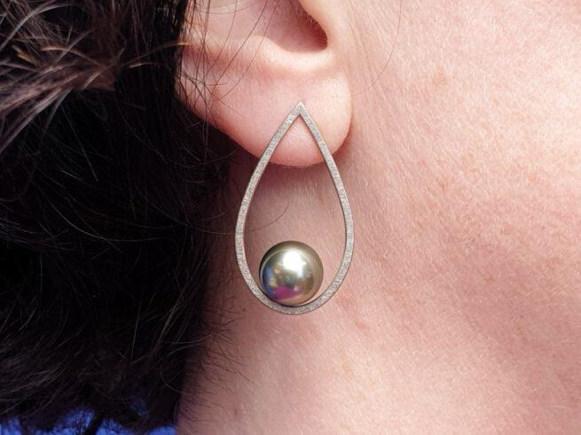 Witgouden oorsieraden Druppels met Tahiti Zuidzee parels. White gold earrings with tahitian South Sea pearls. Oogst goudsmid Amsterdam