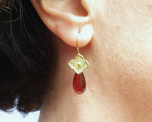 Yellow gold earrings 'Kamon' with garnet drops. Design by Oogst Amsterdam