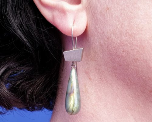 Witgouden oorsieraden met labradoriet pampels. White golden earrings with labradorite. Oogst goudsmeden Amsterdam.