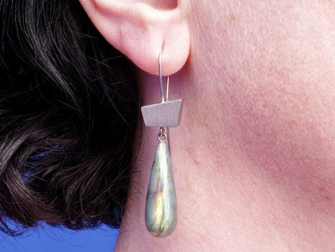 Witgouden oorsieraden met labradoriet pampels. White golden earrings with labradorite. Oogst goudsmeden Amsterdam.