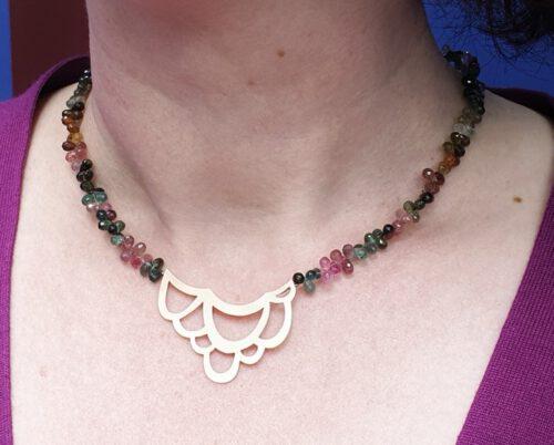 Collier Lineair, roodgouden Lussen met toermalijn. Rose gold necklace Lineair with tourmaline. Oogst goudsmid Amsterdam. Gemstone necklace, edelsteensnoer