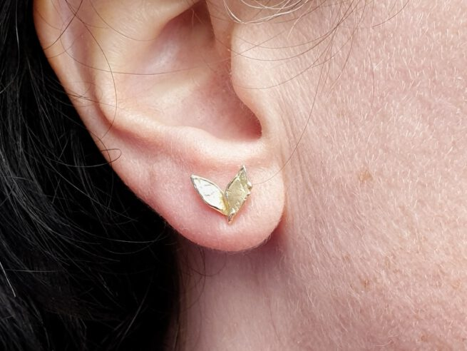 Yellow gold 'Leaves' ear studs. Oogst goldsmith Amsterdam design & creation