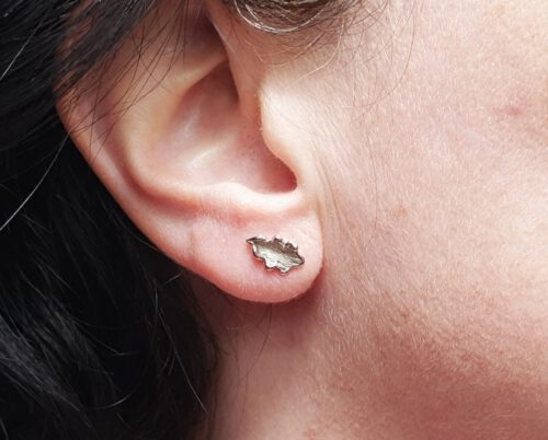 White golden oak leaf earstuds. Made by Oogst goldsmiths Amsterdam.