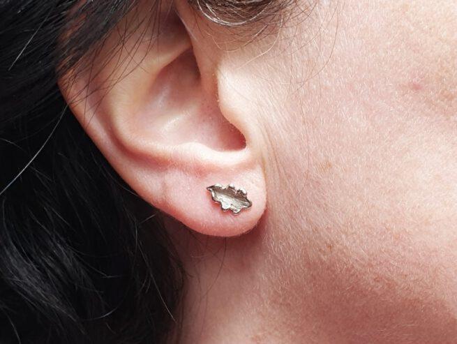 Witgouden eikenblaadjes oorstekers. White golden oak leaf earstuds. Uit het Oogst atelier Amsterdam.
