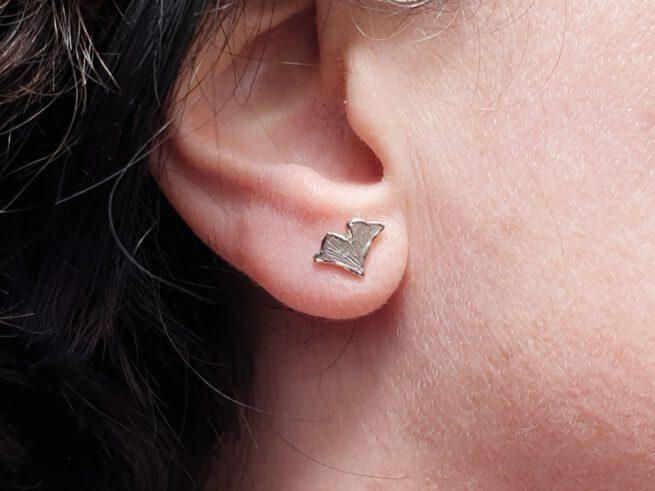 Witgouden ginkgo blaadjes oorstekers. White golden ginkgo leafs earstuds. Oogst goudsmeden Amsterdam.
