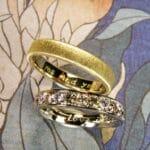Review Trouwringen uit het Oogst atelier. Geelgouden ring en witgouden ring met diamanten.