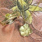 Japonais bloesem hanger en Boomgaard ring met 0,22 crt ovaal geslepen diamant cape. Marjo