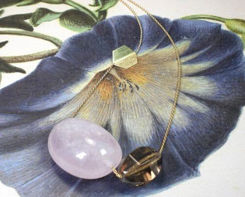 Geelgouden collier met rookkwarts en rozenkwarts. Yellow gold necklace with smokey quartz and rose quartz. oogst goudsmid Amsterdam