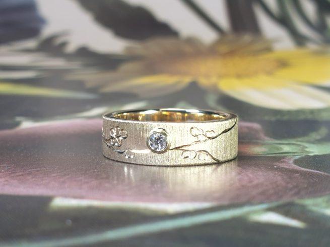 Assieraad, Ring vlak met handgravure Bloesem, deels van eigen goud en met eigen diamant. Oogst edelsmid