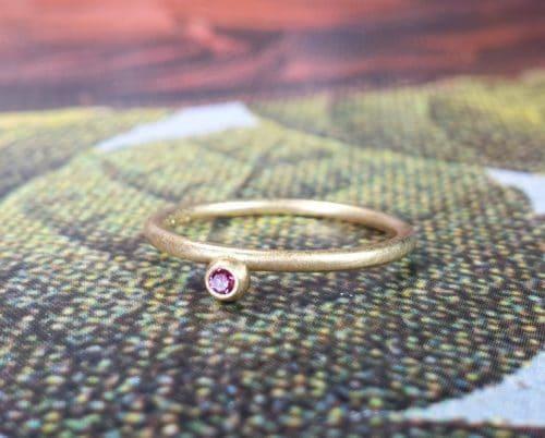 Geelgouden 'Besjes' ring met pink diamant. Oogst goudsmeden Amsterdam. Aanschuifring