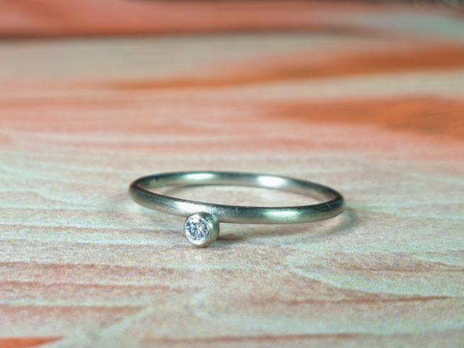 Witgouden 'Besjes' ring met diamant. Oogst sieraden, edelsmid Amsterdam