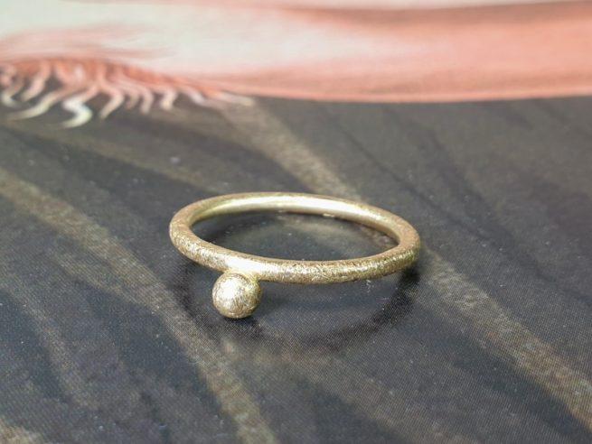Geelgouden 'Bessen' ring. Oogst sieraden, edelsmid Amsterdam