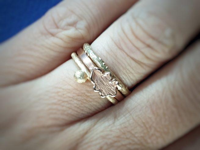 Aanschuifringen. Geelgouden 'Bessen' ring , roodgouden 'Eik' ring en geelgouden 'Boomgaard'. ring. Oogst sieraden, edelsmid Amsterdam