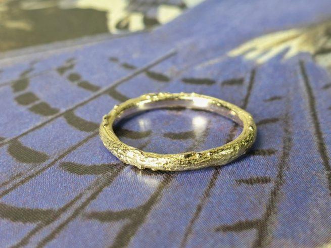 Geelgouden 'Boomgaard' ring, stoer takje. Oogst goudsmeden Amsterdam