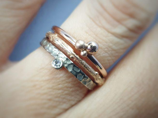 Aanschuifringen. Witgouden 'Deining' ring, roodgouden 'Boomgaard' ring en roodgouden 'Bessen' ring. Oogst sieraden