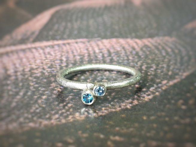Witgouden 'Bessen' ring met blauwe diamanten. Oogst edelsmid Amsterdam