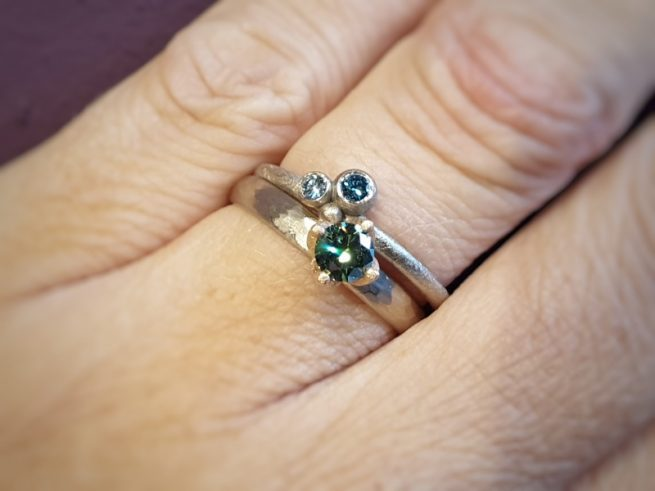 Witgouden 'Ritme' ring met groene diamant. Witgouden 'Bessen' ring met blauwe diamanten.. Aanschuifringen. Oogst Amsterdam
