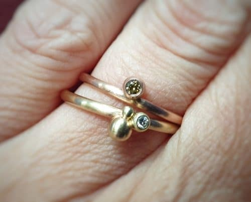 Aanschuifringen. Geelgouden 'Bessen' ring met diamant. Roodgouden 'Bessen' ring met olijf diamant. Oogst goudsmid Amsterdam