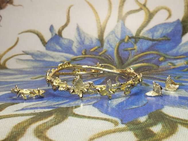 Boomgaard armband, Blaadjes oorsieraden en Libelle ring, Van eigen oud goud gemaakt. Uit het Oogst goudsmid atelier. Orchard bracelet, Dragonfly ring, Leafs ear studs. Made in the Oogst goldsmith studio from heirloom gold.