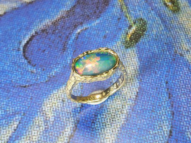 Geelgouden ring Deining met eigen opaal. Yellow gold ring Swell with own opal. Maatwerk. Goudsmid Oogst Amsterdam