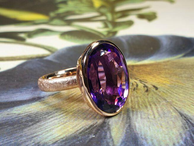 Ring Eenvoud, roodgouden ring met eigen ovale amethist. Rose ring with own amethist. oogst goldsmith Amsterdam