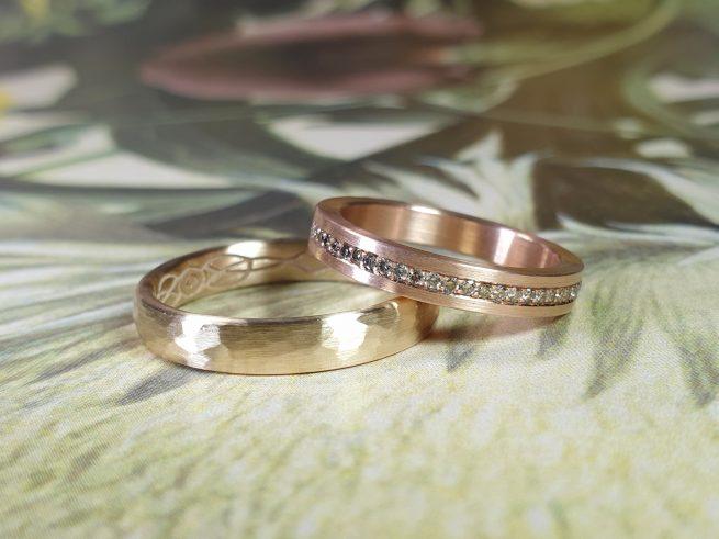 Trouwringen Eenvoud & Ritme, roodgouden ring pavé diamant rondom gezet en roségouden ring met hamerslag. Oogst trouwringen goudsmid Amsterdam