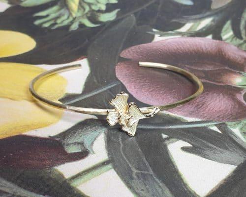 Geelgouden 'Ginkgo' klemarmband, geboortecadeau uit het Oogst goudsmid atelier.