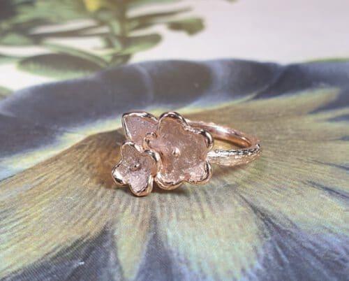 Ring 'In bloei' roodgouden vergeet-me-nietje op een takje. Maatwerk ontwerp van Oogst Goudsmeden.