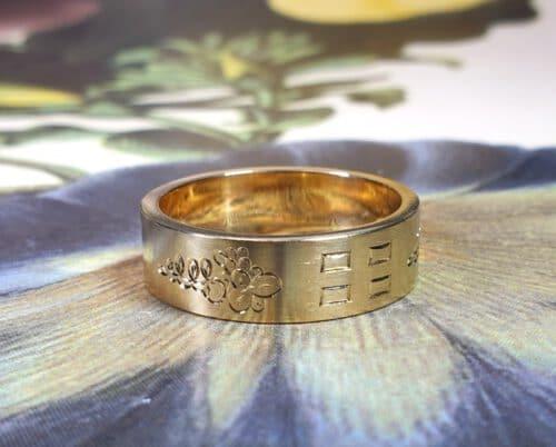 Ring Lineair met handgravure van oud goud gemaakt. Ring Lineair with hand engraving, made from own heirloom gold. Oogst goudsmid Amsterdam.