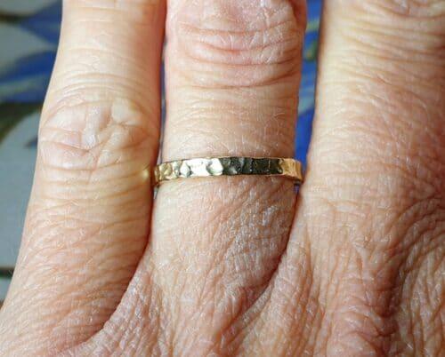Geelgouden 'Deining' ring. Ontwerp van oogst goudsmid in Amsterdam
