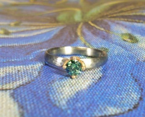 Witgouden hamerslag ring ritme met 0,35 ct fancy paraiba green briljant geslepen diamant