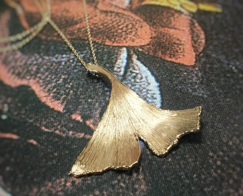 Roodgouden 'Ginkgo' blad hanger. Elegante ketting. Ontwerp van Oogst Goudsmid in Amsterdam