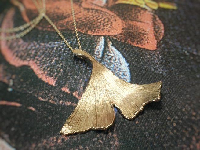 Rose gold 'Ginkgo' leaf pendant. Stylish necklace. Design by Oogst Goldsmith in Amsterdam