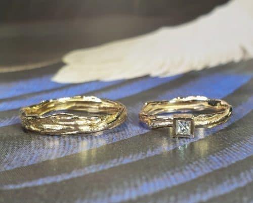 Roségouden trouwringen 'Twist' met princess geslepen diamant. Ontwerp van Oogst goudsmeden Amsterdam Geelgouden 'Zwammen' armband met handgravure en toermalijn kristal. Ontwerp van Oogst goudsmid in Amsterdam uit de Amorf vs Kristallijn collectie.