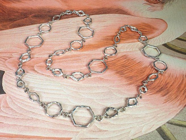 Zilveren collier Amorf Hoekig. Ontwerp van Oogst goudsmid Amsterdam