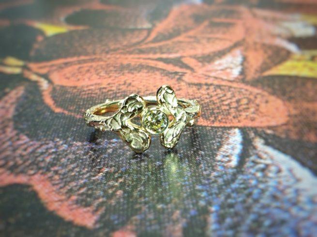 Geelgouden verlovingsring 'Blaadjes met 0,25 ct diamant cape. Ontwerp van Oogst goudsmid in Amsterdam
