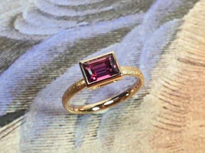 Roségouden 'Carré' ring met baguette geslepen roze rhodoliet. Edelsteenring van Oogst Goudsmeden.