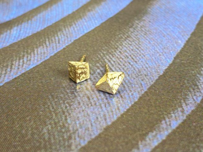 Geelgouden 'Kristallen' oorbellen. Ontwerp van Oogst goudsmid in Amsterdam.