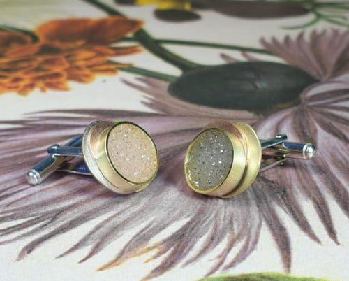Gouden manchetknopen'Cellen & Moleculen'met kristallijne agaat. Ontwerp van Oogst goudsmid Amsterdam
