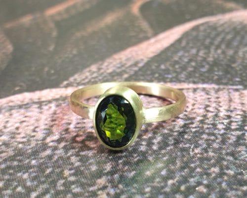 Roségouden Ritme ring met groene toermalijn ovaal gefacetteerd. Maatwerk ring uit het goudsmid atelier van Oogst in Amsterdam.