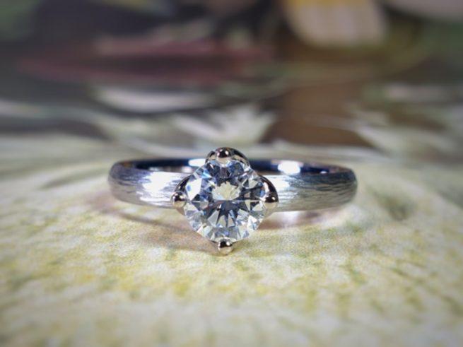 Witgouden 'Ritme' verlovingsring met 0,59 crt eigen diamant. Uit het Oogst goudsmid atelier in Amsterdam