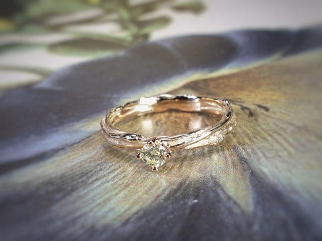 Roségouden 'Twist' verlovingsring met diamant. Ontwerp uit het goudsmid atelier van Oogst in Amsterdam
